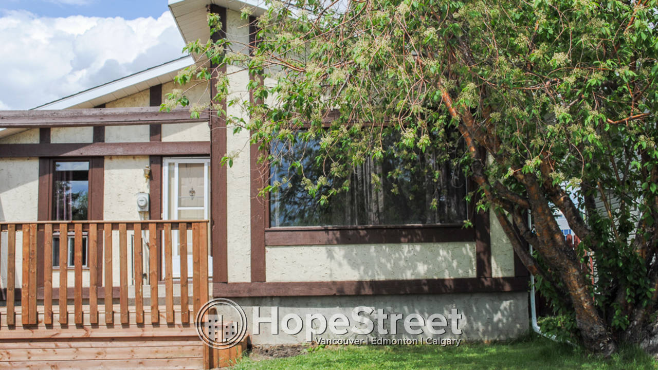 3 Bedroom Bungalow for Rent in Airdrie: Pet Negotiable.