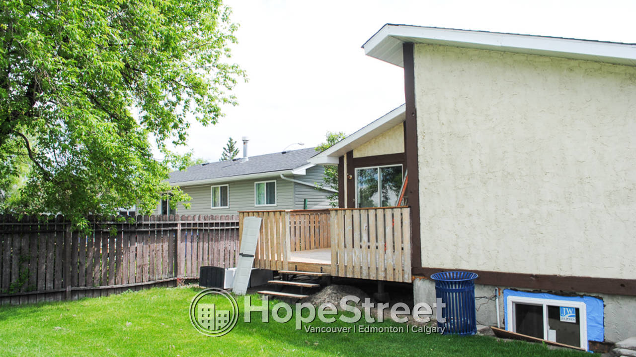 3 Bedroom Bungalow for Rent in Airdrie: Pet Negotiable