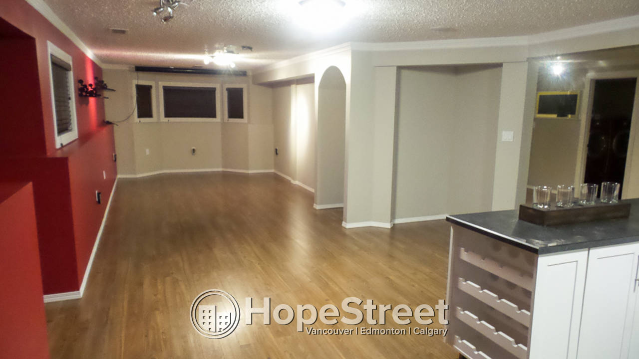 4 Bedroom House for Rent in Jackson Heights: Pet Friendly