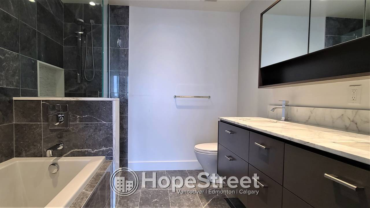 3 Bed Condo in Downtown West End: Util Included/ DEC RENT FREE