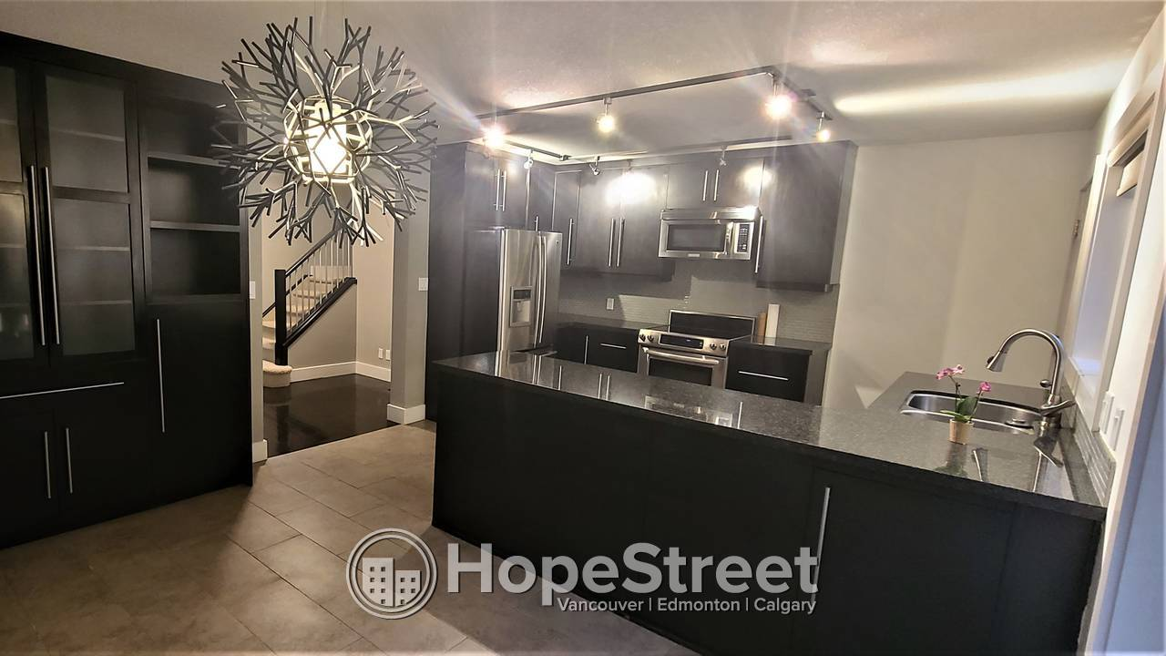 3 Bed RENOVATED Townhouse Lakeview:  REST OF DEC 2020  RENT FREE