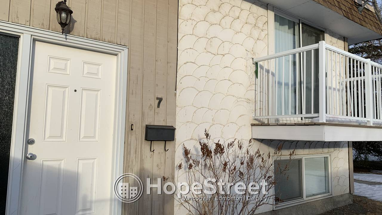 Newly High End Renovated 2 Bedroom Townhouse in Varsity