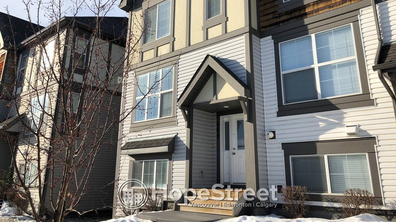 Beautiful 3 BR Townhouse for Rent in New Brighton w/ DOUBLE ATTACHED GARAGE